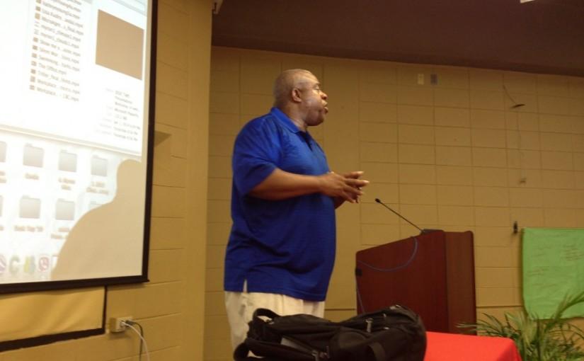 Dr. Myron Anderson durante su presentación