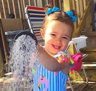 Niña juega con agua