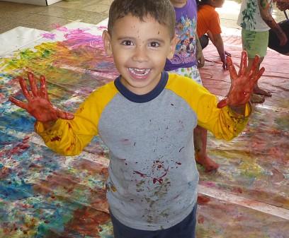 Niño juega con pintura dactilar