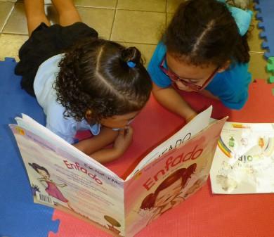 Niñas leen unn libro