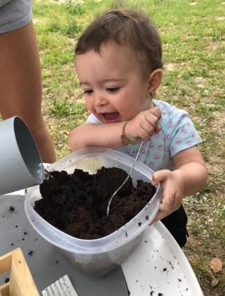 Bebé experimenta con composta.