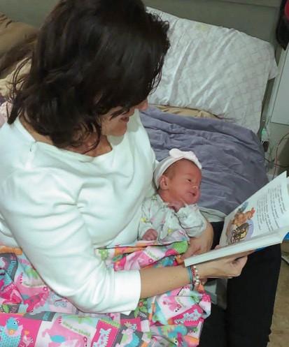 Abuela lee un cuento a bebé
