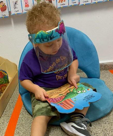 Niño observa un libro