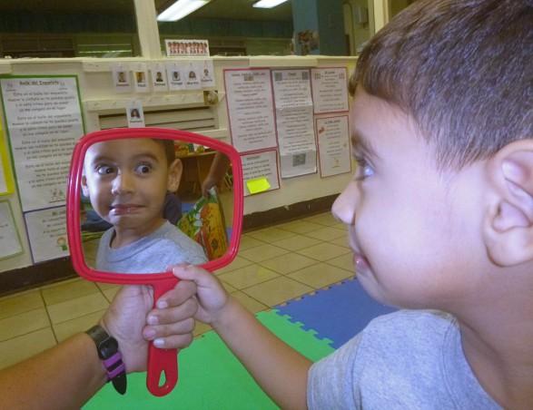Niño se observa en un espejo