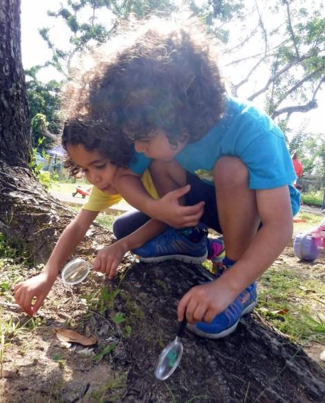 Niños exploran en el patio