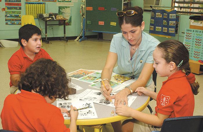 Maestra y estudiantes de la Escuela Elemental de la UPR (diciembre 2003)